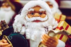 Presente della tenuta della statua di Santa Claus Fotografie Stock Libere da Diritti