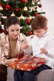 Presente di apertura del figlio e della madre Fotografie Stock