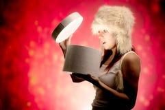 Presente di apertura della donna Fotografie Stock Libere da Diritti