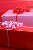 Presente di colore rosso e di colore rosa Immagini Stock