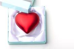Presente di giorno del biglietto di S. Valentino del regalo di simbolo di amore del cuore Fotografia Stock