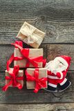 Presente di trasporto decorativi di Santa Claus sui bordi di legno anziani Fondo di concetto di festa del nuovo anno e di Natale  Fotografia Stock