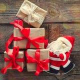 Presente di trasporto decorativi di Santa Claus sui bordi di legno anziani Fondo di concetto di festa del nuovo anno e di Natale  Immagini Stock Libere da Diritti