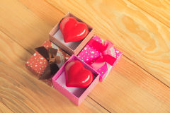 Presente do amor Presente entusiasta Uma caixa de presente com um coração vermelho para dentro Fotografia de Stock