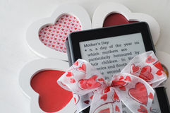 Presente do dia de mãe do leitor de EBook Fotos de Stock
