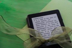 Presente do dia de pai do leitor de EBook Fotografia de Stock Royalty Free