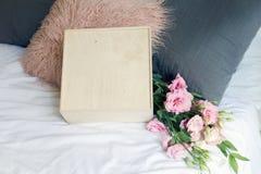 Presente do dia de Valentim com flovers foto de stock royalty free