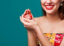 Presente do dia de Valentim nas mãos Fotografia de Stock Royalty Free