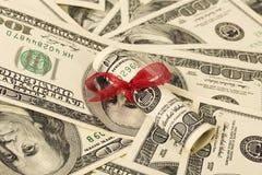 Presente do dinheiro com a fita vermelha em notas de dólar do americano cem do dinheiro Foto de Stock