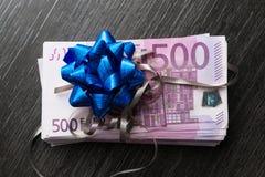 Presente do dinheiro do Euro com fita e curva Foto de Stock