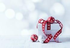 Presente do Natal branco com fita vermelha Fotos de Stock