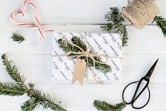 Presente do Natal branco com Tag em branco imagens de stock