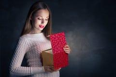 Presente do Natal Caixa feliz da abertura da menina Fotos de Stock Royalty Free