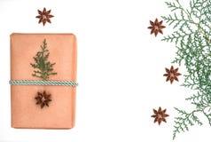 Presente do Natal com as estrelas da árvore e do anis imagens de stock royalty free
