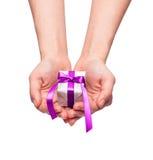 Presente do Natal com curva cor-de-rosa decorativa da fita Fotos de Stock Royalty Free