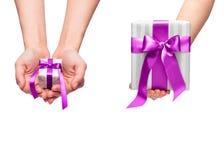 Presente do Natal com curva cor-de-rosa decorativa da fita Imagem de Stock