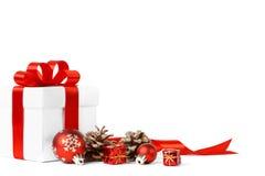Presente do Natal com curva vermelha das bolas Fotografia de Stock