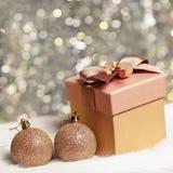 Presente do Natal com esferas do Natal Imagens de Stock
