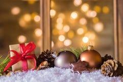 Presente do Natal com esferas do Natal Imagens de Stock Royalty Free