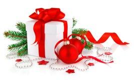 Presente do Natal com esferas e o abeto vermelhos da filial Fotos de Stock