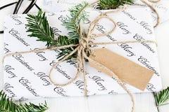 Presente do Natal com Tag em branco imagens de stock royalty free