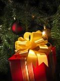 Presente do Natal com uma árvore Fotos de Stock Royalty Free