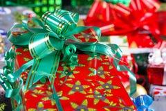 Presente do Natal com uma fita verde Fotografia de Stock Royalty Free