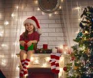 Presente do Natal da terra arrendada da menina fotos de stock royalty free