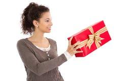 Presente do Natal da tomada Fotos de Stock Royalty Free