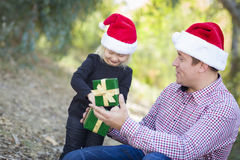 Presente do Natal de Giving Young Daughter do pai fora Fotografia de Stock