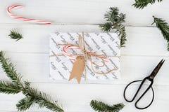 Presente do Natal e bastão de doces com etiqueta vazia imagem de stock royalty free