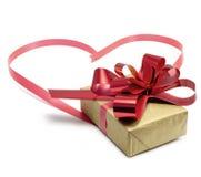Presente do Natal e coração da fita Fotos de Stock
