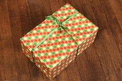 Presente do Natal e do ano novo sob a árvore no assoalho de madeira Fotos de Stock