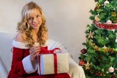 Presente do Natal e mulher bonita no vermelho foto de stock