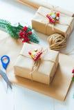 Presente do Natal e um ramo de agulhas do pinho em um fundo branco Imagens de Stock Royalty Free