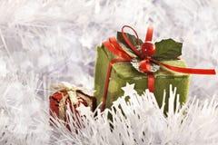 Presente do Natal em congelar o fundo frio do inverno foto de stock royalty free