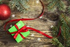 Presente do Natal em uma tabela de madeira Fotografia de Stock Royalty Free