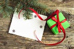 Presente do Natal em uma tabela de madeira Foto de Stock