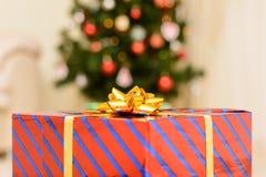 Presente do Natal na caixa vermelha Fotografia de Stock Royalty Free