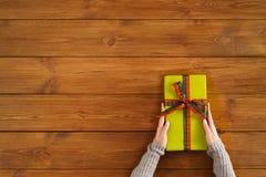 Presente do Natal no fundo de madeira marrom fotos de stock royalty free