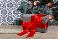 Presente do Natal no fundo decorado da árvore, conceito do feriado Fotografia de Stock