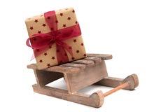Presente do Natal no sledge de madeira imagens de stock