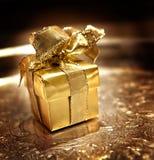 Presente do ouro em uma bandeja de prata imagem de stock royalty free