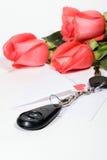 Presente do ramalhete das chaves e das rosas do carro Imagem de Stock Royalty Free