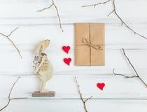 Presente do vintage e coelho de madeira na tabela branca Presentes para o dia do ` s do Valentim com ramos de árvore Vista superi imagens de stock