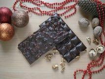 Presente doce pelo ano novo Decorações do Natal Chocolate com nozes Fotografia de Stock