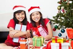 Presente dos miúdos e de Natal Fotos de Stock Royalty Free