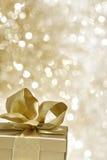 Presente dourado Fotografia de Stock Royalty Free