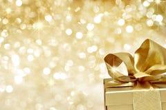 Presente dourado com estrelas Fotografia de Stock