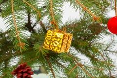 Presente dourado do Natal Imagens de Stock Royalty Free